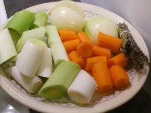 Après les avoir épluchés et lavés, coupez vos légumes en tronçons
