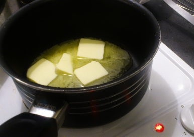 Faites fondre le beurre et ajoutez la farine en une seule fois et remuez