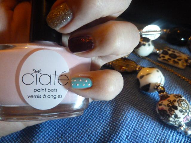 Nail Art sur le petit doigt avec un vernis Ciaté & Essie