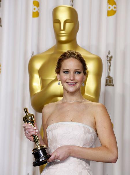 agée de seulement 22 ans (quoi elle est plus vieille d'un mois seulement que moi :o ) l'actrice remporte son premier oscar pour sa performance dans Happiness thérapy
