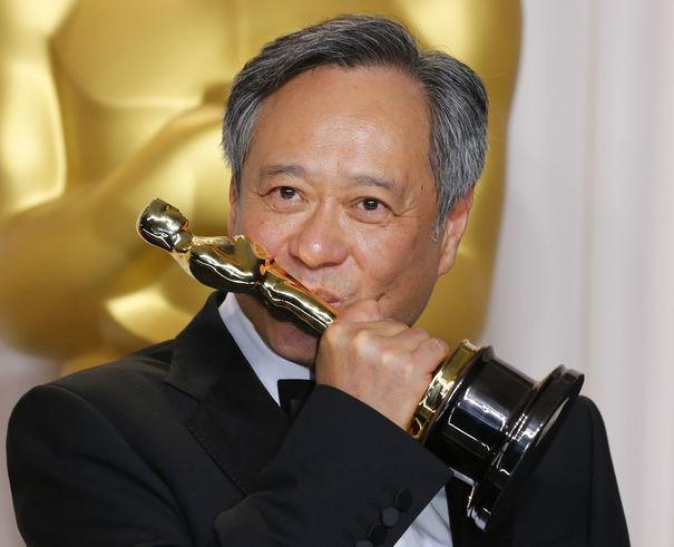 Ang Lee embrassant son trophée et il a bien raison ! :D
