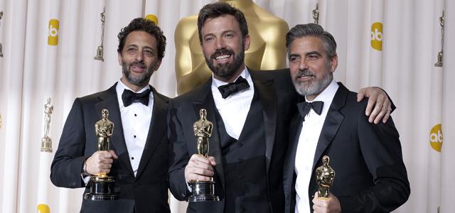 Ben Affleck le réalisateur et acteur entouré de ses producteurs George Clooney et Grant Heslov
