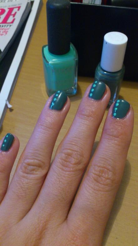 nail-art-essie-vested-interest-automne-2013-vert-pois