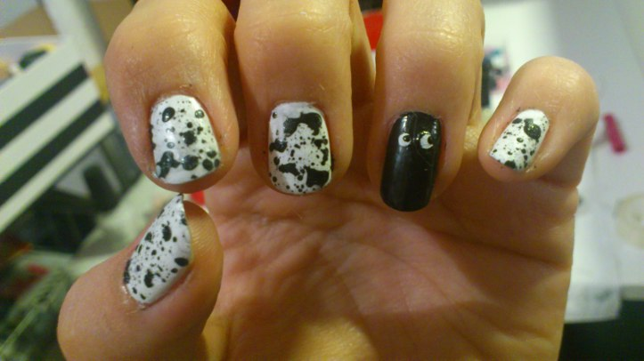 nail-art-halloween-splatter-black-and-white-ghost